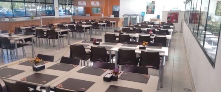 Medidas de mesas e cadeiras padrão para restaurantes e refeitórios industrial